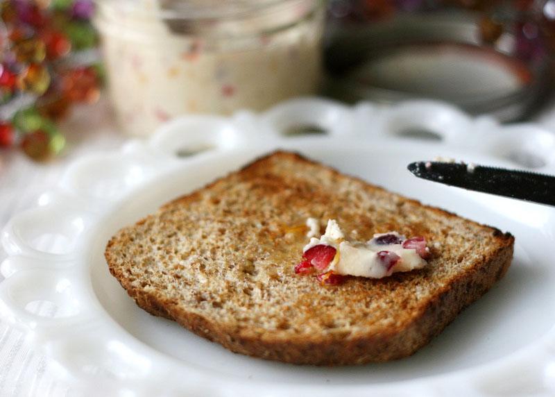 طرز استفاده از دمنوش ریز میوه نیوشا کرنبری کره صبحانه ای خوش طعم و پر انرژی - حس خوب